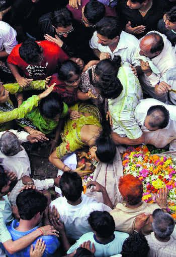 mourning-in-mumbai-by-gurinder-osan
